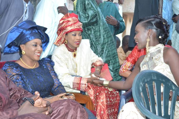 En bleu à gauche, Mame Fily Diallo Dieng;  la Niarel de Tanor