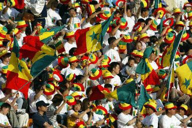 Des dizaines de supporters accueillent les Lions à Dakar