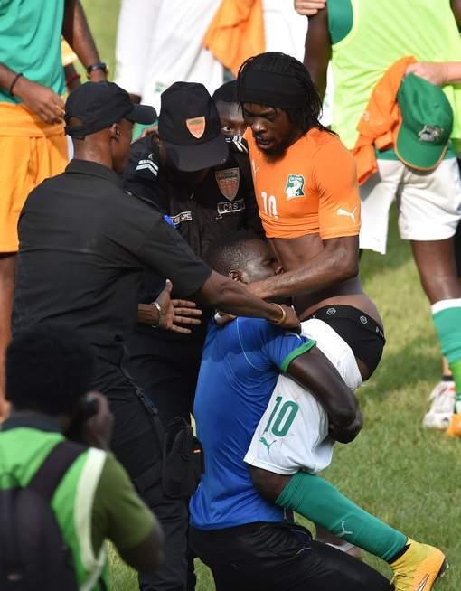 Une situation gênante pour Gervinho et ce supporter ivoirien