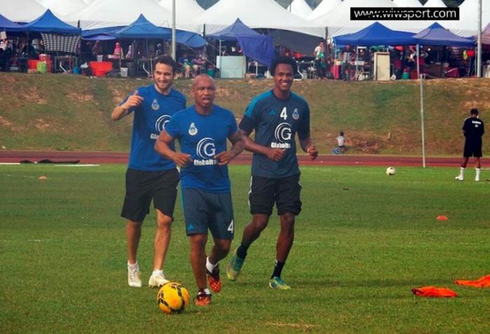 El hadj Ousseynou Diouf s'échauffe en compagnie de ses coéquipiers malaisiens
