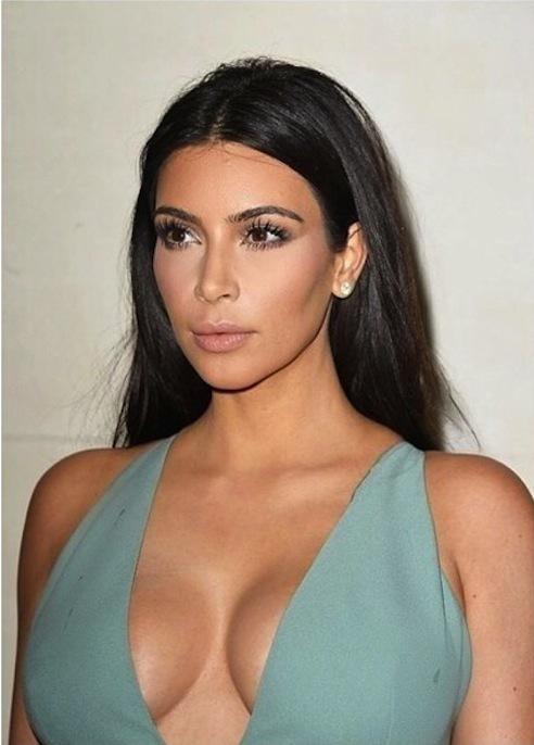 """Kim Kardashian : """"Tous les soirs je pleurais et priais pour que mes seins arrêtent de grossir"""""""