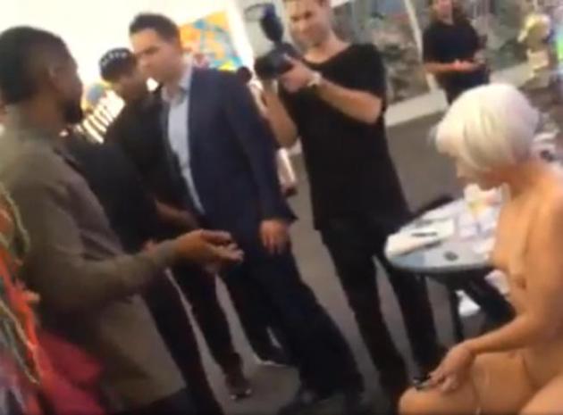 Usher recharge son portable dans… l'intimité d'une artiste