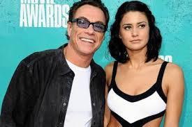Découvrez Bianca, la fille très sexy et très douée de Jean-Claude Van Damme