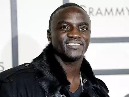 La descente du chanteur Akon sur un site du Cap Manuel de Dakar