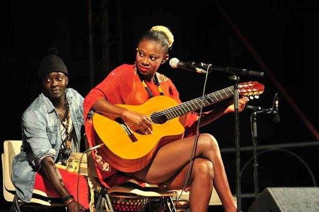 Arrêt sur image!  La choriste Mame Diarra Guèye avec son joint en Italie