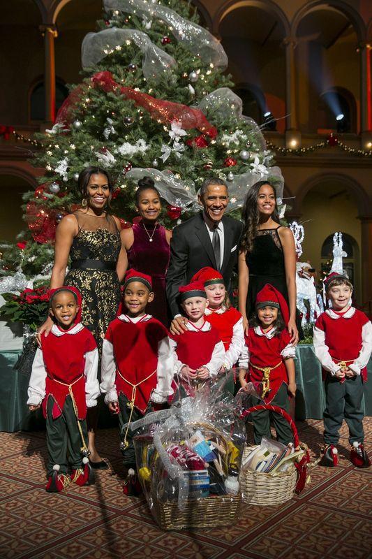 La famille Obama pose avec les elfes de Noël