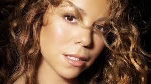 Mariah Carey perd sa chaussure et pleure en plein concert!