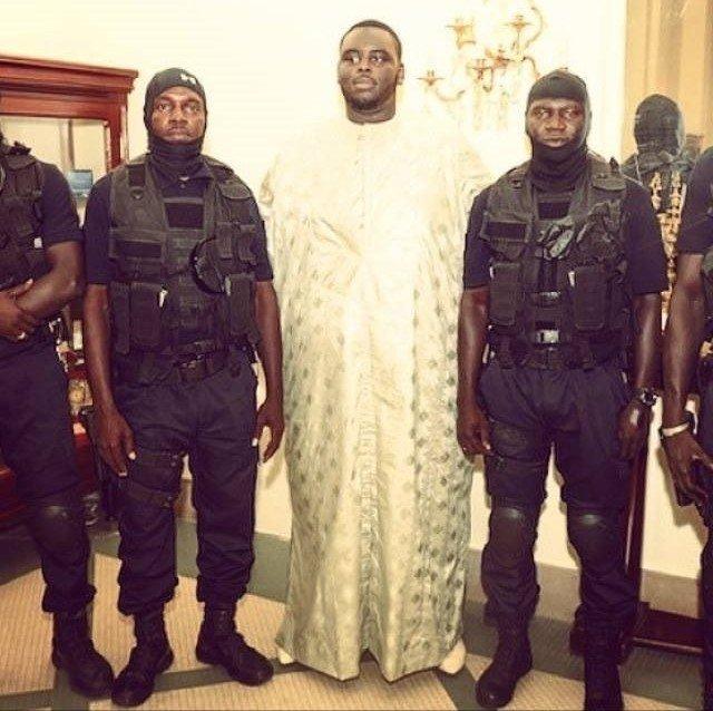 Amadou Sall, le fils du président Macky Sall entouré de ses gardes du corps