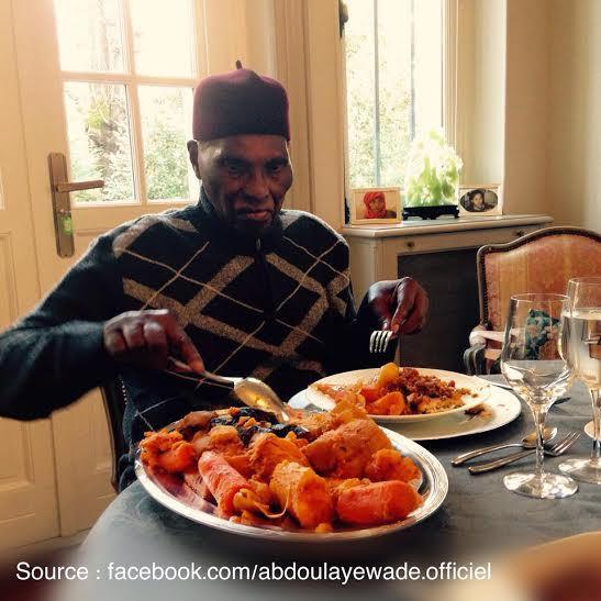 """Me Wade dégustant son plat de """"Thiébou dieune"""" depuis...Versailles!"""