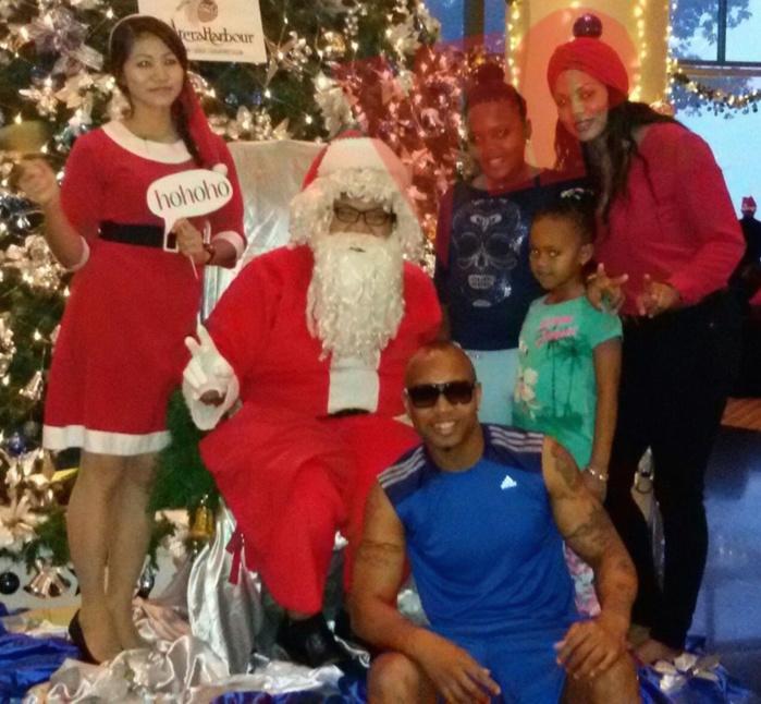 Dioufy et sa famille posent avec le Père Noël en Malaisie