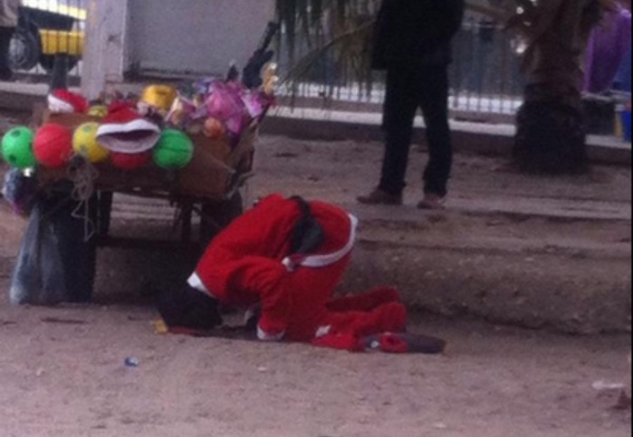 Insolite-Saint-Louis : un Père Noël pris en photo en train de...prier