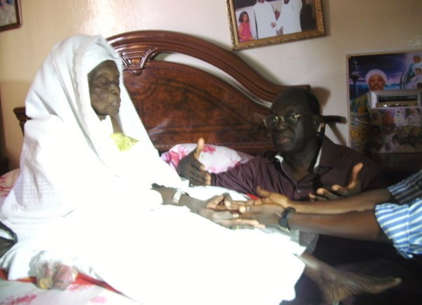 Arrêt sur image : A genoux, Moustapha Niasse reçoit des prières de sa mère