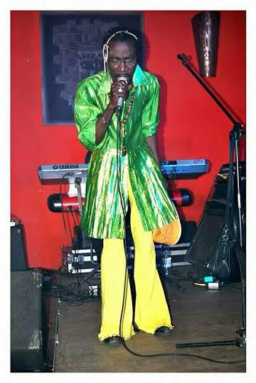 Habillé en tenue de femme sur scène : mais qu'est-ce qui arrive à Souleymane Faye?