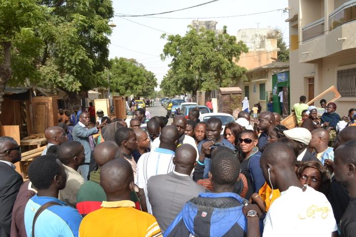 (Photos) Karim violenté au tribunal, ses partisans barrent la rue 6 de la Médina