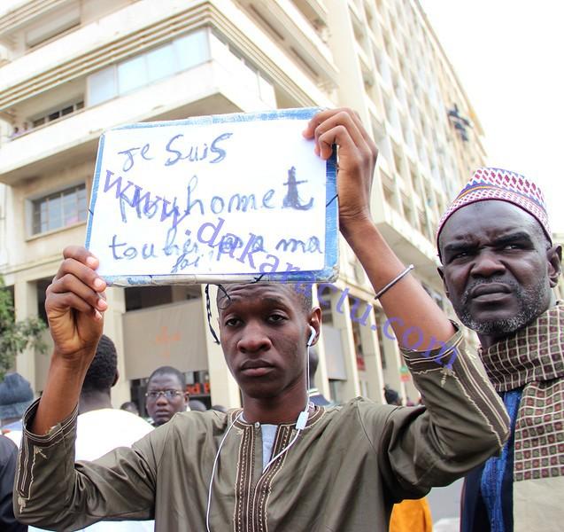 """Les images de la marche contre """"Charlie Hebdo"""" à la place de l'indépendance"""