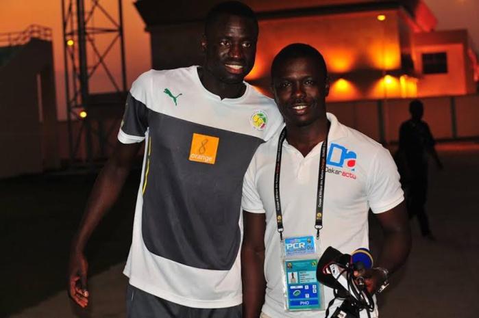 """Le reporter-photographe Sellé Mbaye, l'envoyé spécial de Dakaractu à la CAN, pose avec les """"Lions"""""""