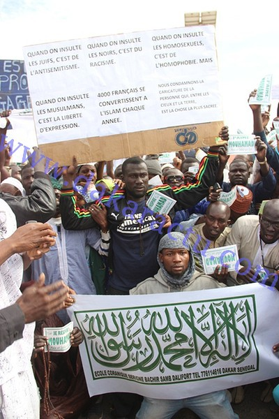 """DAKAR : très forte mobilisation des islamistes contre """"Charlie Hebdo"""" devant la grande mosquée"""