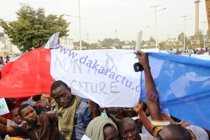 DAKAR : des manifestants musulmans brûlent le drapeau français