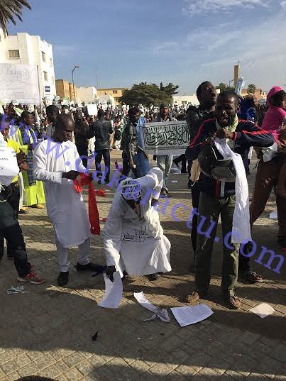 """Mobilisation contre """"Charlie Hebdo"""" : le drapeau français brûlé et piétiné par des manifestants"""