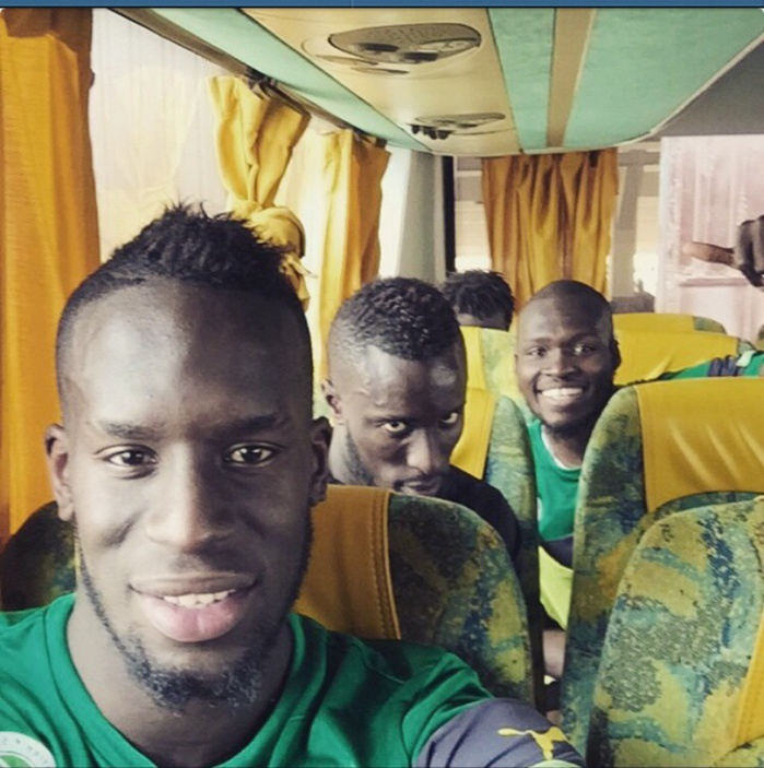 """Les """"Lions"""" en mode selfie avant le match contre l'Algérie"""