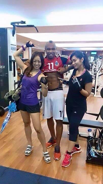 Pendant ce temps là... El hadj Ousseynou Diouf s'éclate en salle de musculation avec des malaisiennes