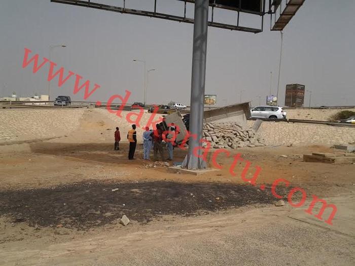 Un camion de ciment se renverse en empruntant l'échangeur de la foire. No comment!