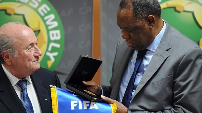 """""""Blatter est l'homme de la situation"""", selon Hayatou"""