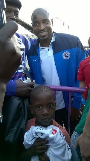 L'attaquant sénégalais Souleymane Camara pose avec les sénégalais et autres fans après le match Toulouse-Montpellier
