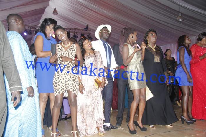 "Les Dakaroises au rythme de ""Koba Yi"", lors du dîner de gala de Wally Ballago Seck au King Fahd Palace"