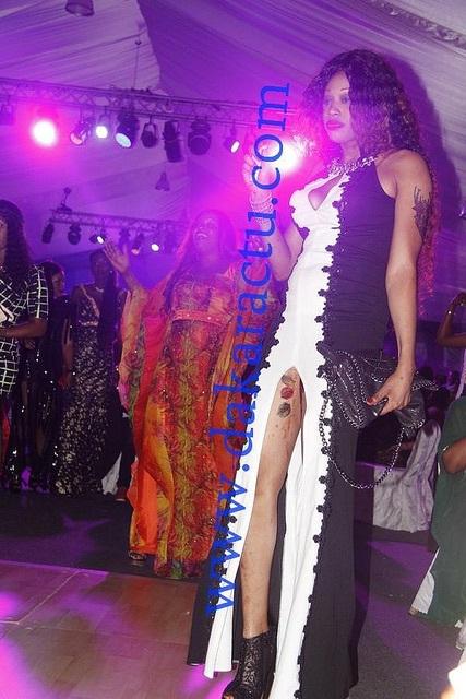 Une fan de Wally Ballago Seck, dans une robe provocante, exhibe les tatouages sur ses cuisses