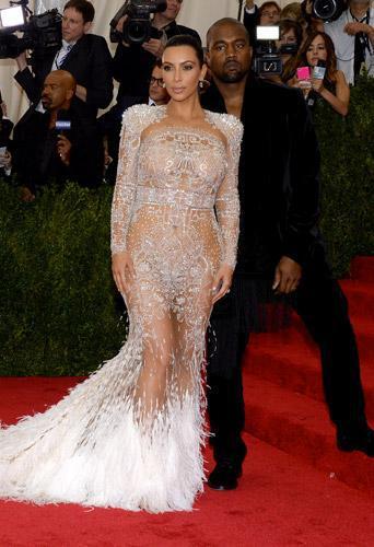 Met Gala 2015 : Kim Kardashian ose tout devant Kanye West conquis !