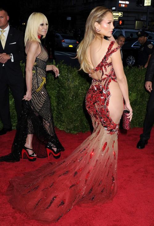 Met Gala 2015 : Jennifer Lopez avec un énorme diamant, mais sans sous-vêtements !