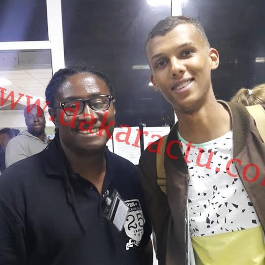 A Dakar pour son concert du mercredi, Stromae pose à son arrivée avec DJ Awady