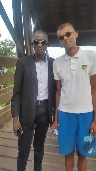 Quelques heures après son arrivée, Stromae s'est posé avec un de ses inconditionnels, Johnson Mbengue, introduit par le PDG de Necotrans international, Grégory Querel, présent aussi à Dakar.
