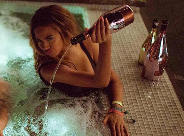 Beyoncé gaspille une bouteille de champagne à 20 000 dollars et choque son public