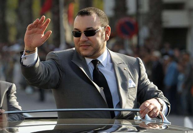 Bloqué dans les embouteillages : le Roi Mohamed VI distribue des liasses de billets aux commerçants