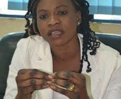 Funérailles de son père : Amina N'guirane refuse d'être escortée par des gardes et craque devant les visiteurs