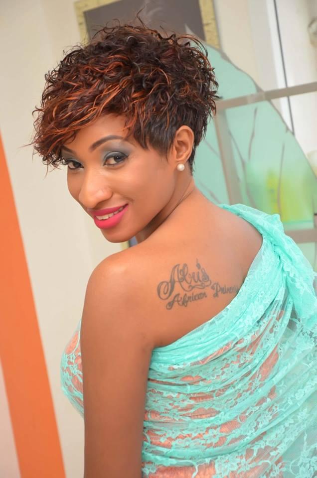 Inna Jawara : En mode tatouage, elle vit bien l'été