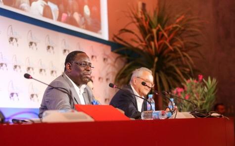 """""""Donner du travail, la meilleure attention"""" a dit Macky Sall aux Toubabs : Pourquoi alors des bourses familiales?"""