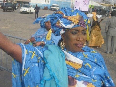 Critiquée pour avoir chanté les louanges de Macky Sall, Kiné Lam rétorque : « Je suis une griotte, bouma wayanoul dou bax » !