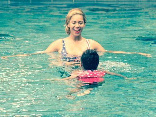 Beyoncé joue les profs de natation pour sa fille Blue Ivy