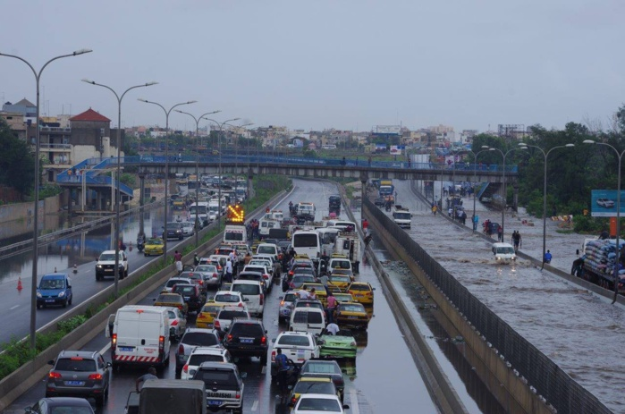 La pluie provoque un embouteillage sur l'autoroute à péage (IMAGES)