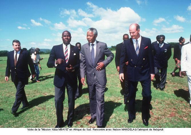 """SOUVENIR : Kéba Mbaye en compagnie de Nelson Mandela lors de la visite de la """"Mission Keba Mbaye"""" en Afrique Du Sud"""