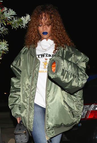 Rihanna : lèvres bleues et bomber XXL, qu'est-ce que c'est que ce look ?