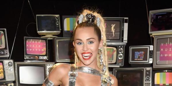 WTF Miley Cyrus consomme de la drogue dans les coulisses des MTV VMA 2015 !