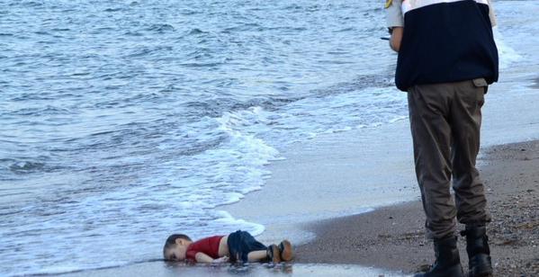 """""""Mes enfants m'ont glissé des mains"""": le père du petit Syrien mort noyé en Turquie témoigne"""