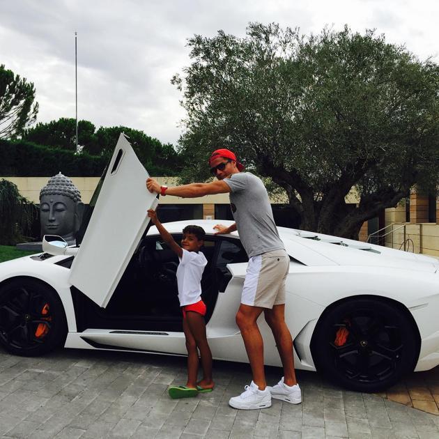Statue à son effigie, voitures de luxe, diamants - Comment Cristiano Ronaldo dépense-t-il ses millions ?
