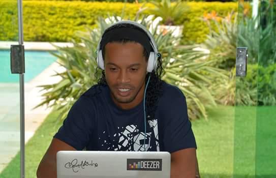 Ronaldinho scotché sur son ordinateur