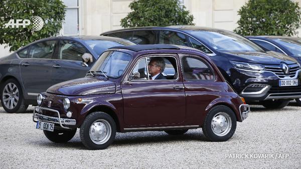 Laurent Dassault, dg de Dassault-Industries, arrive à l'Elysée en Fiat 500 pour la remise du prix de l'audace créatrice