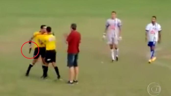 Un arbitre brésilien sort une arme à feu en pleine rencontre